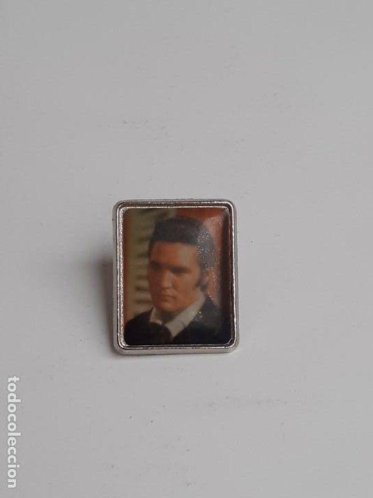 Pins de colección: Dos Pins Elvis Presley de los años 80 - Two Elvis Presley pins from the 80s - Foto 8 - 224983321