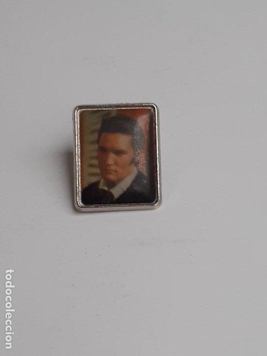 Pins de colección: Dos Pins Elvis Presley de los años 80 - Two Elvis Presley pins from the 80s - Foto 12 - 224983321