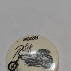 Pins de colección: CHAPA 8° VALLECAS ROCK. 1999. MÍTICA SALA HEBE. Lote 238306830