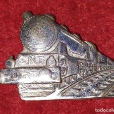 Pins de colección: PIN DEL SINDICATO NACIONAL DE LA INDUSTRIA FERROVIARIA. CNT Y UGT. ESPAÑA. CIRCA 1930. Lote 243553985