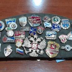 Pins de colección: PINS DIFÍCILES 55 PINS Y 3 PARCHES EN GORRA RUSA ORIGINAL. VER FOTOS.. Lote 244573170