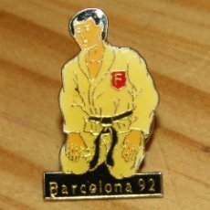 Pin's de collection: ANTIGUO PIN KARATEKA JUDOKA - BARCELONA 92. Lote 244845495