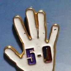 Pins de colección: PIN FUTBOL MANO MADRID BARÇA 5-0. Lote 246196145
