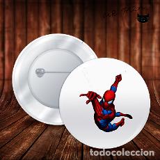 Pins de colección: SPIDERMAN SALTA HACIA OTRO EDIFICIO CHAPA BOTON ALFILER PIN. Lote 246403720