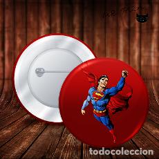 Pins de colección: SUPERMAN COTRA EL VIENTO CHAPA BOTON ALFILER PIN. Lote 246403855
