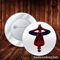 Pins de colección: SPIDERMAN CUELGA COMO ARAÑA CHAPA BOTON ALFILER PIN. Lote 246403990
