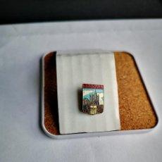 Pins de coleção: ANTIGUO PIN DE AGUJA DE SEGOVIA ESCUDO HERALDICA TURISMO OJAL INSIGNIA SOLAPA. Lote 248125375