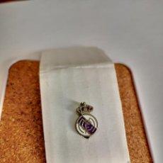 Pins de coleção: PIN DE AGUJA DEL REAL MADRID CLUB DE FUTBOL OJAL INSIGNIA SOLAPA BUEN ESTADO. Lote 248355025