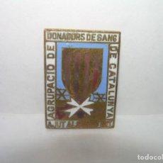 Pins de colección: ANTIGUA Y RARA INSIGNIA ESMALTADA GUERRA CIVIL.DONADORS DE SANG AJUT AL COMBATENT.. Lote 254342730