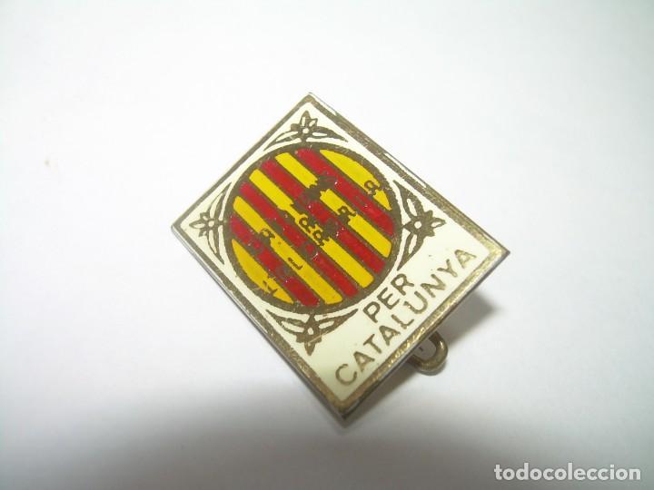 ANTIGUA Y RARA INSIGNIA..PER CATALUNYA..CATALANS A L'ALCARRIA. (Coleccionismo - Pins)