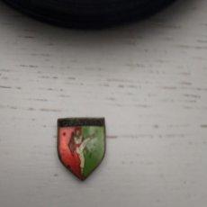 Pins de colección: ANTIGUA INSIGNIA OLDARRA GRUPO DE BAILE VASCO BASQUE EUSKALDUNA. Lote 258202590