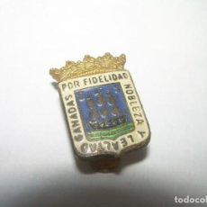 Pins de colección: ANTIGUA INSIGNIA...NOBLEZA Y LEALTAD GANADAS POR FIDELIDAD.. Lote 258911330