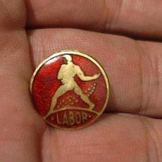 Pins de colección: LABOR INSIGNA ESMALTE METAL DORADO 1,7 CM VINTAGE ORIGINAL OJAL. Lote 261573495