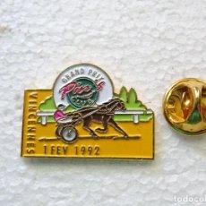 Pins de colección: PIN DE DEPORTES. HÍPICA EQUITACIÓN CARRERAS CABALLOS. VINCENNES 1992. Lote 262447685