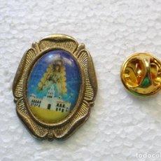 Pins de colección: PIN RELIGIOSO SEMANA SANTA. VIRGEN DEL ROCÍO Y ERMITA DE ALMONTE. Lote 262448245