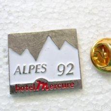 Pins de colección: PIN DE TURISMO. HOTER MERCURE ALPES 92 1992. Lote 262450925