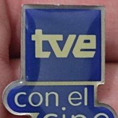 Pins de colección: TVE CON EL CINE TELEVISION ORIGINAL 2 CMS PIN PROGRAMA. Lote 267908459