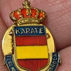 Pins de colección: KARATE FEDERACION ESPAÑOLA PIN PINCHO ESMALTADO 2 CMS ALTO. Lote 267992524