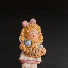 Pins de colección: PIN DE AGUJA NIÑA CON GATITOS. Lote 270248333