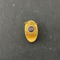 Pins de colección: PIN MUY BUENA INSIGNIA DE SOLAPA - F.I.M. - FEDERACION INTERNACIONAL MOTOCICLISTA. Lote 273656138
