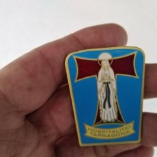Pins de colección: ANTIGUA INSIGNIA DE AGUJA HOSPITALITAT TARRAGONA.. Lote 275916533