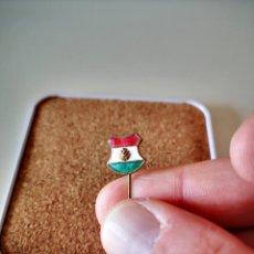 Pins de coleção: ANTIGUA INSIGNIA ESMALTADA FEDERACION DE FUTBOL DE HUNGRIA PIN DE AGUJA BADGE. Lote 276241563