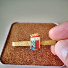 Pins de colección: ANTIGUO PISACORBATA FEDERACION DE FUTBOL DE BALEARES PASADOR DE CORBATA OJAL INSIGNIA. Lote 276460483