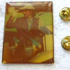 Pins de colección: PIN GIGANTE. MUJER DAMA ELEGANTE CON ANTIGUO COCHE. Lote 277719778