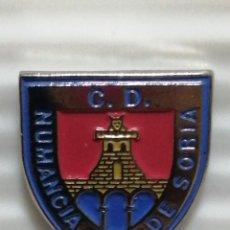 Pins de colección: PIN ESCUDO INSIGNIA C. D MUMANCIA DE SORIA. Lote 280129523