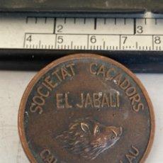 Pins de colección: PLACA DE ALFILER, SOCIETAT CACADORS EL JABALI CALDES PALAU, CAZA CAZADORES. Lote 289881583