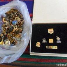 Pins de colección: ESTUCHE CON 6 PINS BARCELONA 92 XEROX PATROCINADOR OFICIAL. REGALO 111 PINS, CHAPA DE HARD ROCK CAFÉ. Lote 294850783