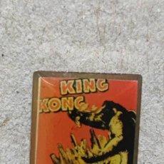 Pins de colección: PIN CARTEL CINE KING KONG. Lote 294980773