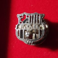 Pins de colección: ANTIGUA INSIGNIA DE OJAL O SOLAPA FUTBOL F.C.B BARÇA CLUB FUTBOL BARCELONA 25 ANYS DE SOCI EN PLATA. Lote 294989688