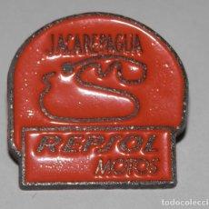 Pins de colección: PIN DE LAS GASOLINERAS REPSOL - JACAREPAGUA. Lote 296733508