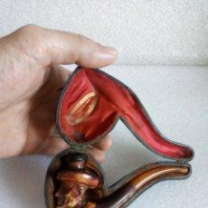 Pipas de fumar: INTERESANTE PIPA EN AMBAR Y MADERA TALLADA CON ROSTRO, MUY CURIOSA, CON SU ESTUCHE. Lote 135244422