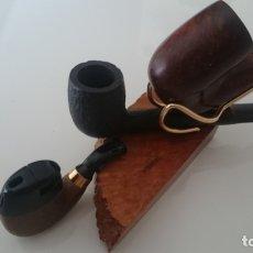Pipas de fumar: DOS PIPAS CON SOPORTE O PIPERO DE LOS AÑOS 80 Y ENCENDEDOR RECARGABLE EN FORMA DE PIPA CURVA. Lote 168903424