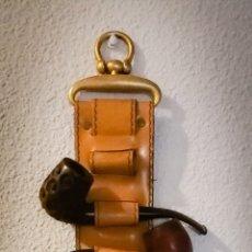 Pipas de fumar: ANTIGUO PORTAPIPAS EN PIEL Y BRONCE.. Lote 178923152