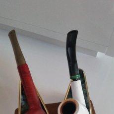Pipas de fumar: 2 PIPAS PARA COLECION Y DECORACION EN PORCELANA Y OTRA EN MADEIRA CAJU CON EL SOPORTE EN HIERRO. Lote 236056545
