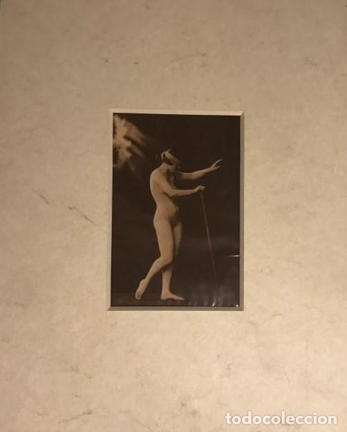 POSTAL ANTIGUA ERÓTICA CON PASPARTÚ BISELADO COLOR CREMA MARMOLADO 25 X 20 CM. (Coleccionismo para Adultos - Postales Temáticas - Eróticas y Pin Ups)