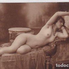 Postales: FOTOGRAFÍA TAMAÑO POSTAL, DESNUDO FEMENINO MUJER RECOSTADA EN UN DIVÁN.. Lote 235996995