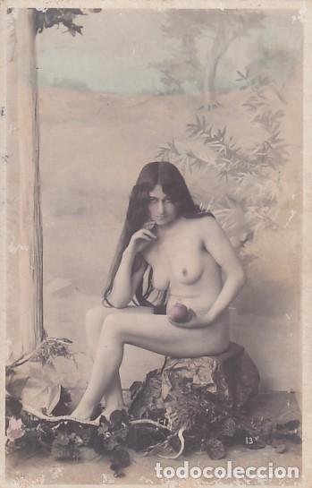 FOTOGRAFÍA TAMAÑO POSTAL MUJER DESNUDA CON MANZANA. (Coleccionismo para Adultos - Postales Temáticas - Eróticas y Pin Ups)