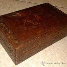 Cajas de Puros: ANTIGUA CAJA DE TABACO (CIGARROS Y PUROS) DE PIEL DECORADA IMAGEN QUIJOTE. AÑOS 70. Lote 38305974