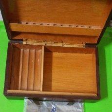 Cajas de Puros: CAJA DE FUMADOR DE LOS AÑOS 60 CON PIPA BOLSA DE PICADURA VIEJA PITILLERA ARTESANAL CIGARRO PURO. Lote 56970256