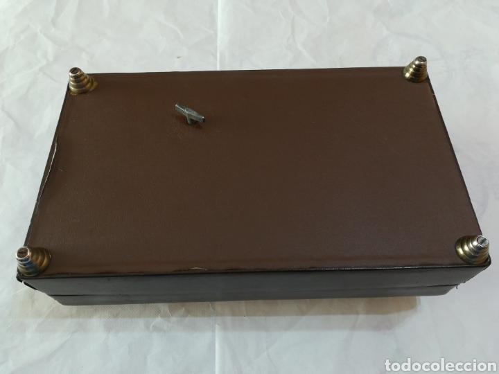 Cajas de Puros: Caja tabaquera de madera para puros cigarros forrada de piel Tapa con pelo y adorno de pipa. Musical - Foto 5 - 118380260