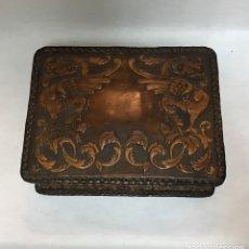 Cajas de Puros: ANTIGUA CAJA DE PUROS DE CUERO REPUJADO. Lote 165455110