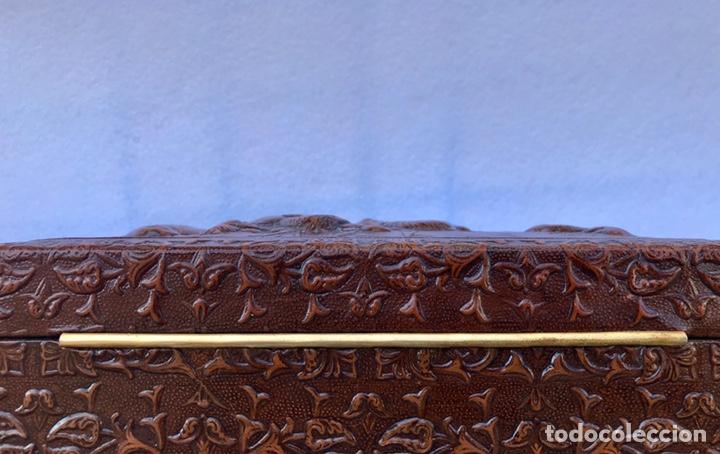 """Cajas de Puros: CAJA TABAQUERA PARA CIGARROS Y PUROS. CUERO REPUJADO, MOTIVO: """"TOMA DE GRANADA"""". - Foto 6 - 170097504"""