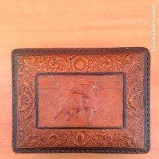 Cajas de Puros: CIGARRERA CUERO REPUJADO MOTIVOS TAURINOS. Lote 181776663