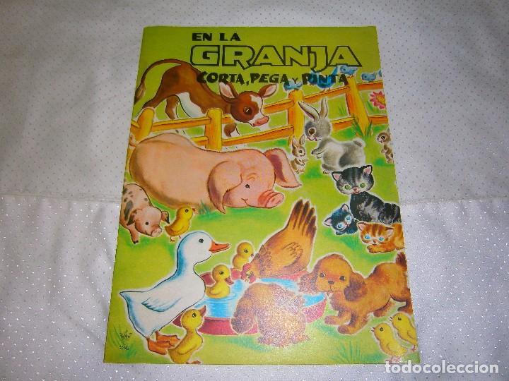EN LA GRANJA CORTA, PEGA Y PINTA *IMPRESO EN ITALIA Y DISTRIBUIDO EN BARCELONA* *CASTELLANO AÑOS 50* (Coleccionismo - Recortables - Animales)