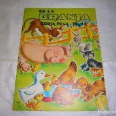 Coleccionismo Recortables: EN LA GRANJA CORTA, PEGA Y PINTA *IMPRESO EN ITALIA Y DISTRIBUIDO EN BARCELONA* *CASTELLANO AÑOS 50*. Lote 93138885