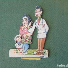 Coleccionismo Recortables: RECORTABLE SOBRE MADERA. PAREJITA CON NIÑO.. Lote 100086131